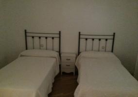 Dormitorio doble con colchas en color blanco