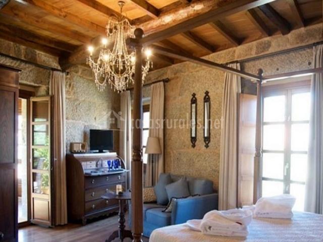 Suite con cama de matrimonio y dosel