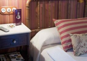 Dormitorio doble con colchas blancas y mesillas