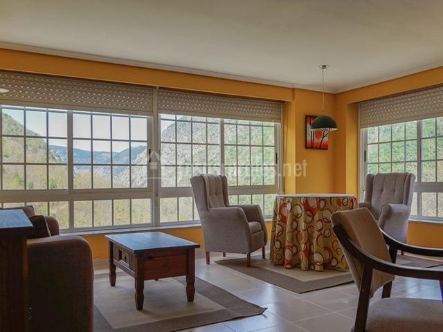 Sala de estar con buenas vistas y sillones