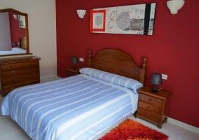 Dormitorio Doble 1 con paredes burdeos