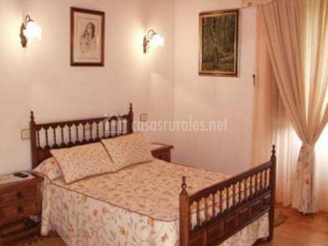 Dormitorio de matrimonio con mobiliario de madera luz