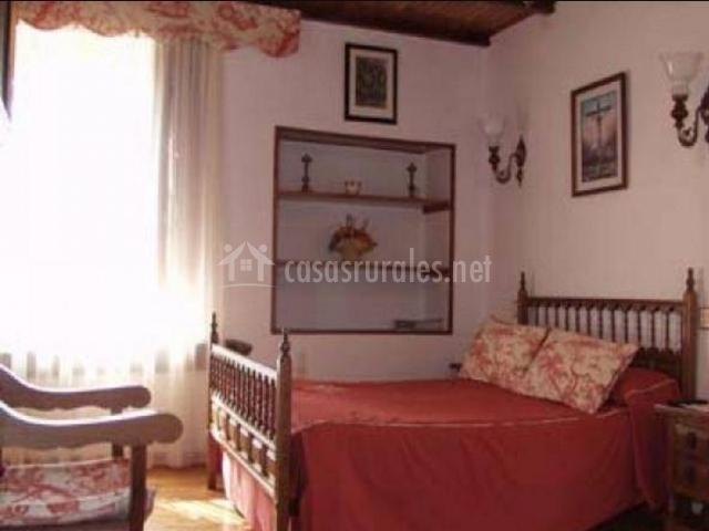 Dormitorio de matrimonio con ventanal amplio