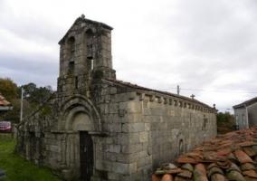 Zona de la iglesia en el pueblo entre espacios verdes