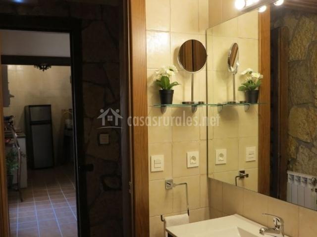 Aseo de la casa con lavabo y espejo en el frente