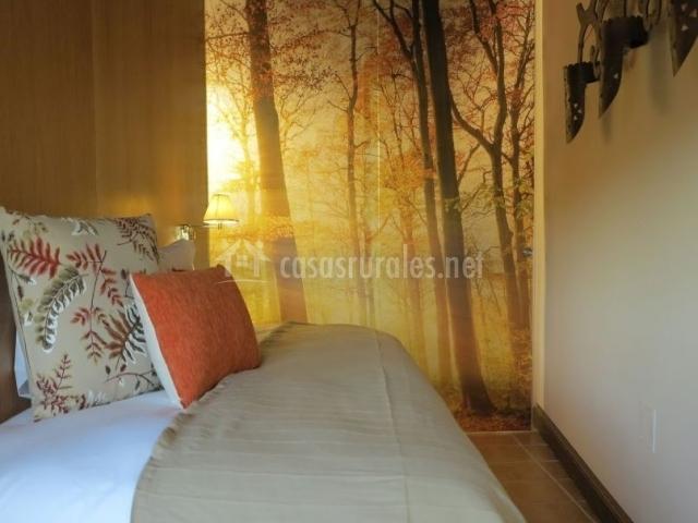 Dormitorio de matrimonio con colcha en tonos crudo