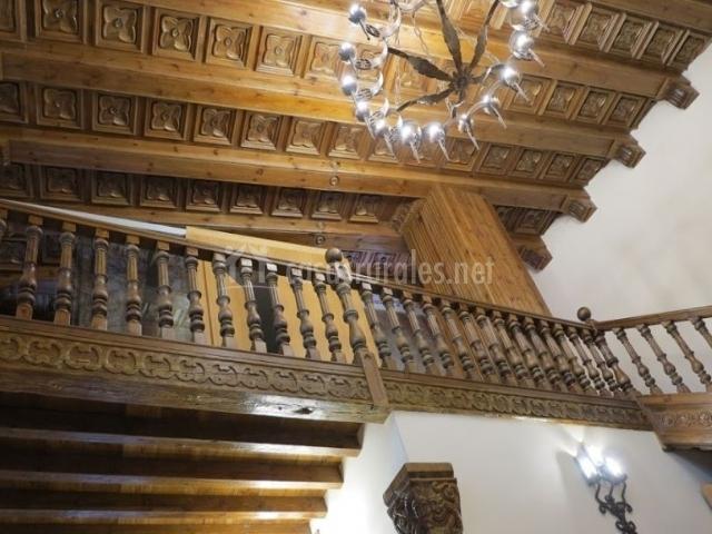 Sala de estar y sus techos artesonados en madera