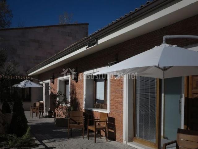 Vistas de la entrada a los alojamientos con terrazas