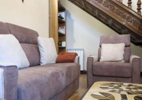 Sala de estar con sillones tapizados y mesa con mosaico
