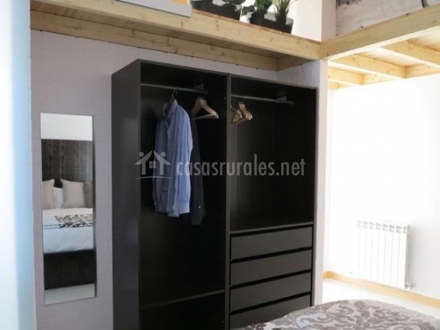 Dormitorio de matrimonio con su armario