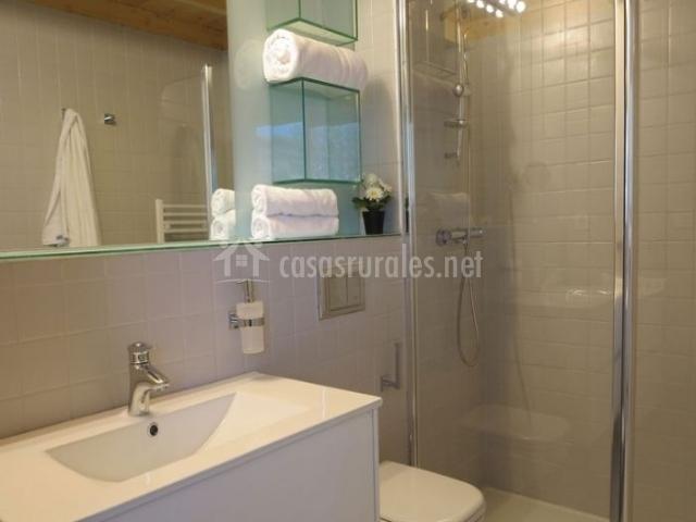 Dormitorio de matrimonio y aseo funcional con ducha