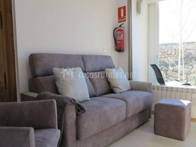 Sala de estar con cristaleras y sillones tapizados
