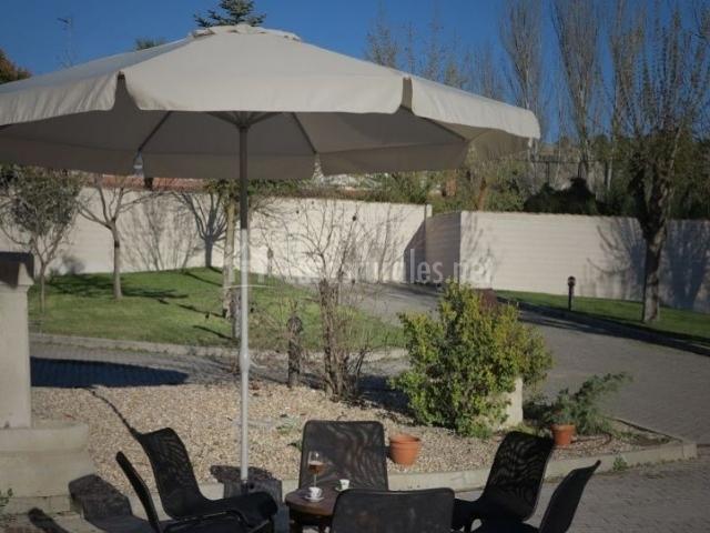 Vistas de las terrazas con mesas y sillas
