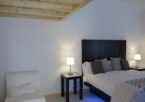 Dormitorio de matrimonio con luces debajo