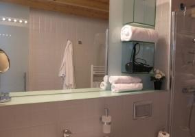 Dormitorio de matrimonio y aseo funcional