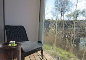 Terraza del alojamiento con vistas de las zonas verdes