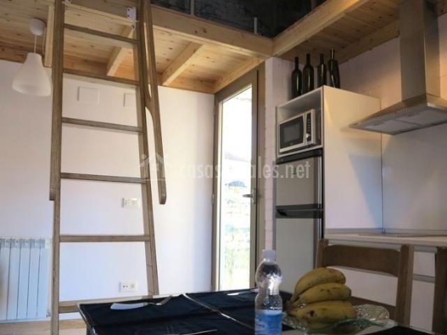 Cocina con vistas del altillo y mesa