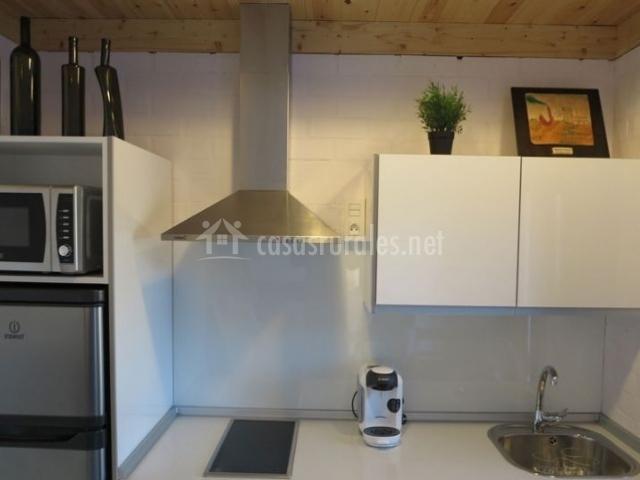 Cocina totalmente equipada en blanco y madera