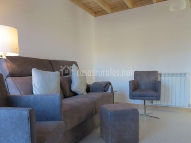 Sala de estar con cojines y mesa