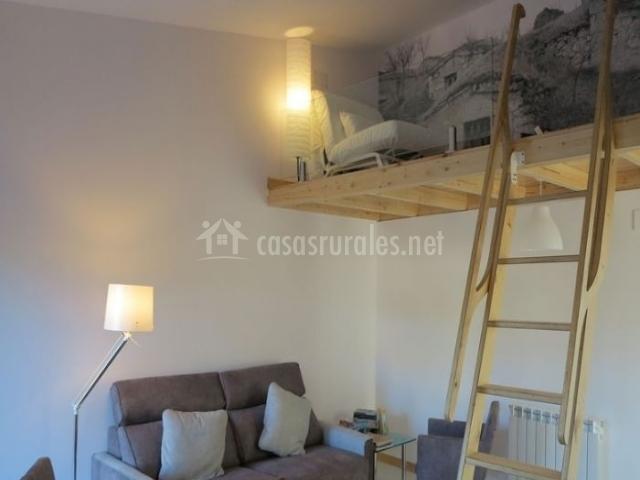 Sala de estar con sillones tapizados y altillo