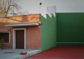 Vistas de las zonas comunes del exterior con instalaciones deportivas