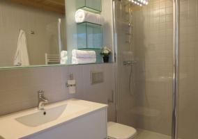 Aseo en blanco con ducha y espejo