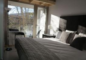 Dormitorio con amplio ventanal y vistas