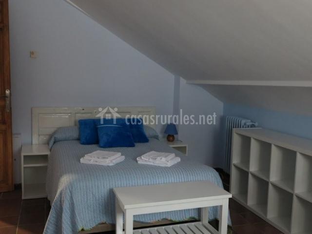 Dormitorio de matrimonio amplio con muebles de madera