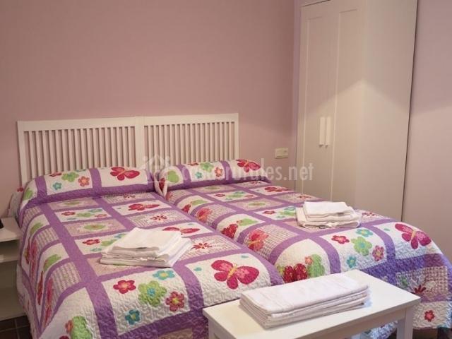 Dormitorio doble con paredes en rosa