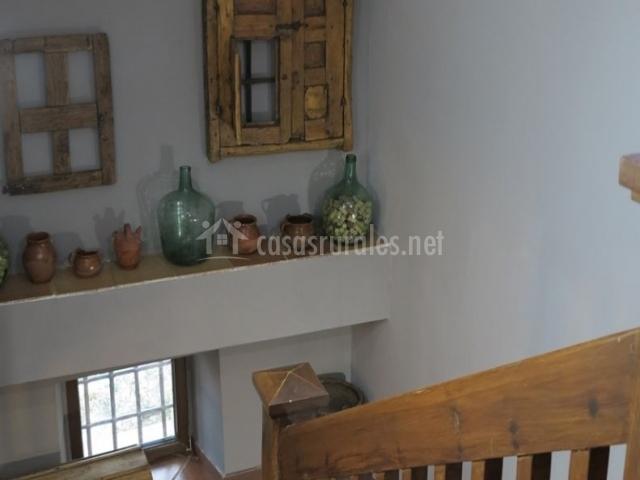 Escaleras con balaustrada de madera y sus detalles