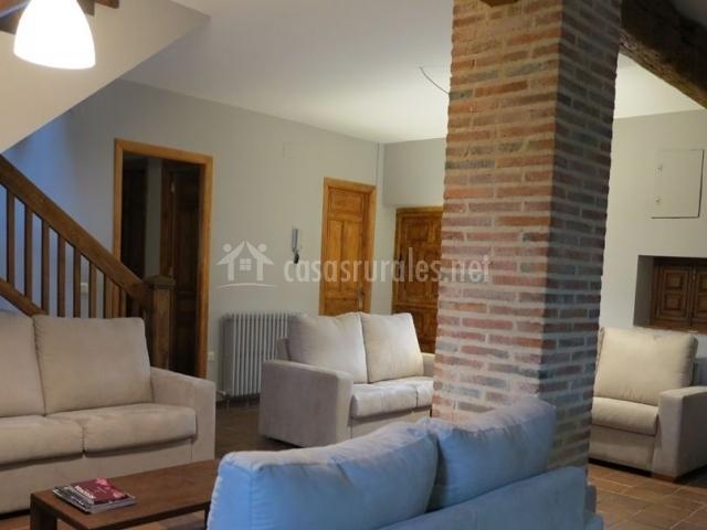 Sala de estar de la casa amplia y con varios sillones