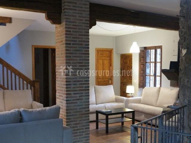 Sala de estar luminosa con varios sillones
