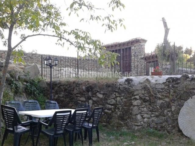 Vistas de los jardines con mesa y rueda del molino