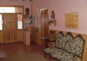 Entrada a la casa con muebles tapizados