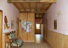 Entrada y bancos de madera