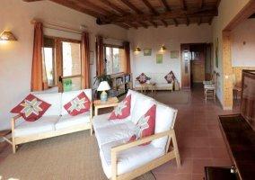 Sala de estar amplia de la casa con mobiliario en madera