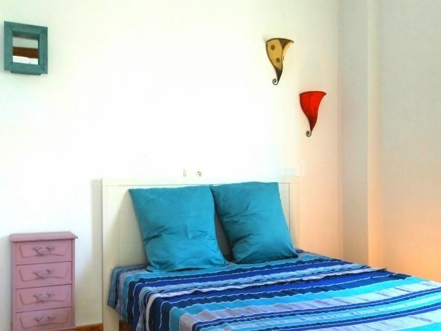 Dormitorio con colcha azul