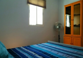 Dormitorio azul con ventana