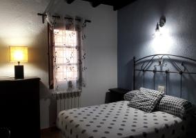 Dormitorio con muebles de madera