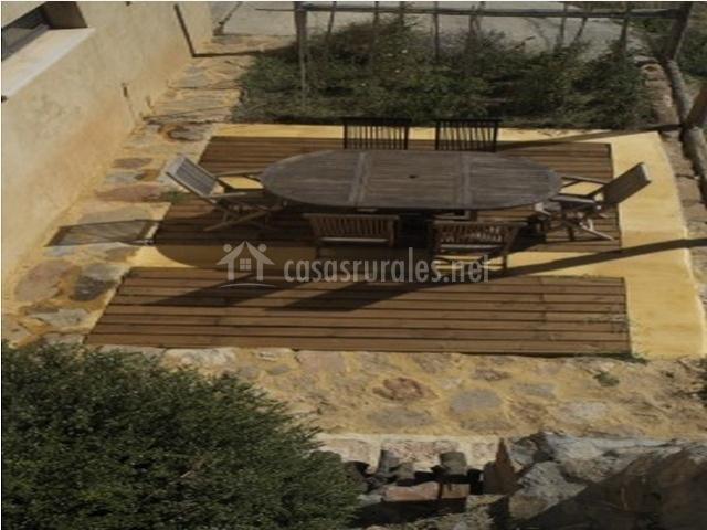 Patio con mesa de madera y sillas