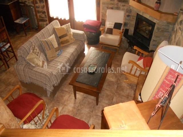 Sala con sofá y chimenea esquinada