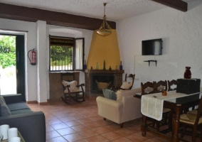 Sala de estar y cocina comunicadas con paredes en amarillo