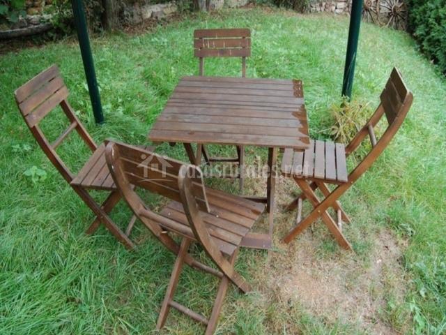La casa de la torre en dosango asturias for Mobiliario madera jardin