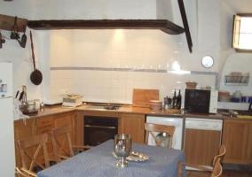 Apto 1 Cocina comedor de la casa con mesa en el centro