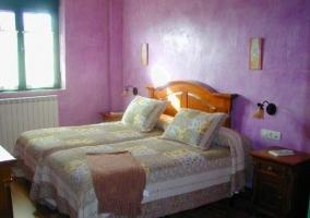 Dormitorio doble con cabecero en madera y pared amarilla