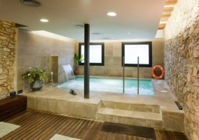 Amplia piscina interior