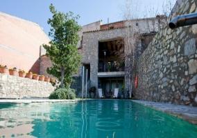 Amplia piscina rodeada de hamacas