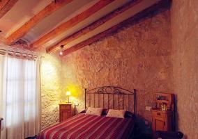 Dormitorio amplio de matrimonio con elementos naturales