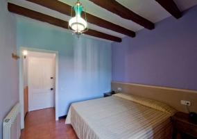 Dormitorio azulado con 2 camas