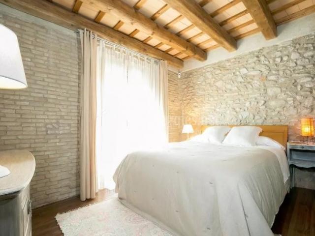 Casa peralada en peralada girona for Alfombras en dormitorios